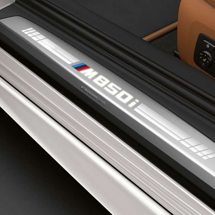 BMW M850i xDrive, Mineral White metallic, entry door sill.